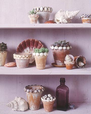 С применением клея можно создать и домик из ракушек.  В ракушках можно и садить цветы.