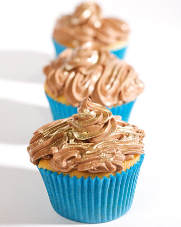 Decorating Ideas for Cupcakes. Sprinkling of Gold Petal Dust