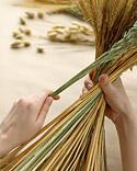Arreglo con trigo y hierba seca.
